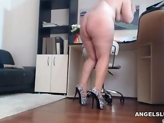 Chubby Whore Makes Her Coochie Humid And Squirt