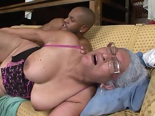 Mind-blowing Black Dude Loves Fucking Mischievous Cougar Eva While She Squeals